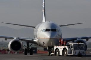 El 738 de Copa remolcado hacia la terminal, para el vuelo del mediodía a Panamá/Tocumen (foto: Rafael Reca).