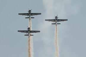 En formación asimétrica, los Halcones 1, 4 y 5 comienzan a trepar para realizar un rizo perfectamente sobre la vertical de la final DesafiaTón (foto: Carlos Ay).