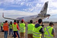 Los asistentes en acción, fotografiando al CC-AWA, segundo Airbus A320 adquirido de JetSMART (foto: Carlos Ay).