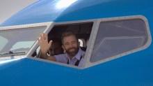 Otro de los comandantes de Aerolíneas Argentina que se sumó al evento abriendo la ventanilla y sacando la mano para saludar a los spotters presentes (foto: Carlos Ay).