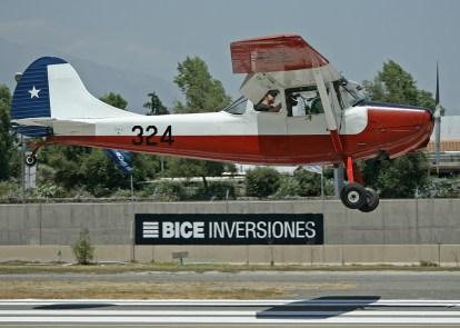 La Fuerza Aérea de la nación anfitriona se hizo presente el último día de competencia para colaborar con este Cessna L-19A en el remolque de competidores (foto: Carlos Ay).