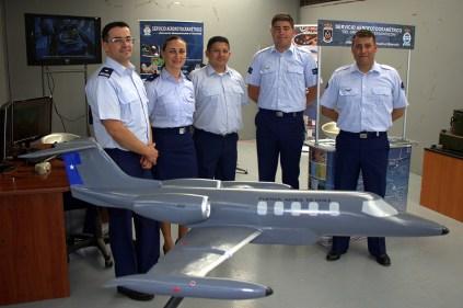 Personal del Servicio Aerofotogramétrico de la FACH posó detrás de la maqueta de uno de sus Learjet 35A (foto: Carlos Ay).