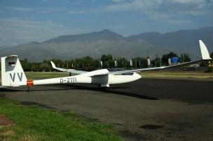 """René Vidal (Chile, 41 años), acumulaba 1.500 hs. de vuelo logró los mismos 45 que Gostner. Tripulaba el Schempp-Hirth Ventus 2XA c/n 1 (año de fabricación 1994), que mantenía su matrícula germana D-2111 y el número de competencia """"VV"""" (foto: Carlos Ay)."""