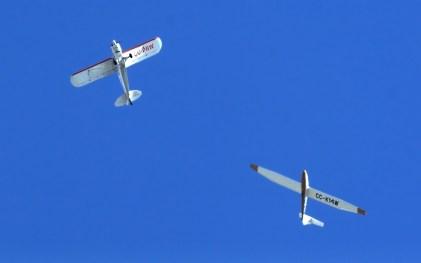 El Pilatus B4 CC-K14W de Carlos Rocca recién desenganchado del PA-18 Super Cub CC-PRW se prepara para iniciar su rutina de demostración acrobática (foto: Carlos Ay).