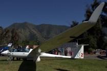 El planeador de instrucción Schempp-Hirth Duo Discus T en exposición al pie del cordón del Cerro Manquehue (foto: Carlos Ay).