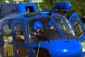 Los comisarios pilotos del AS-350B3 Ecureuil CC-ETE de la PDI realizando sus últimas verificaciones previo al despegue (foto: Carlos Ay).