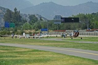El L-19 de la FACH, varios planeadores en competencia, personal de apoyo y medios de prensa fotografiados durante el lanzamiento (foto: Carlos Ay).
