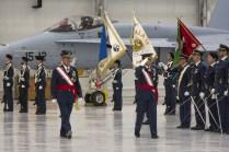 Los generales pasando revista a las formaciones dentro del hangar del A400M (foto: José Luis Lezg)