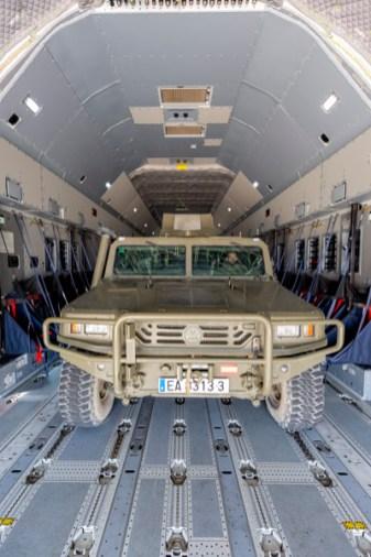 Primer plano del VAMTAC en el interior del A400M (foto: Miguel Ángel Blázquez Yubero).