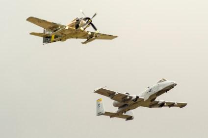 Dos clásicos cañoneros de la aviación militar norteamericana sobrevuelan Ellington Airport bajo un cielo plomizo: Un A-1 Skyraider de la Guerra de Vietnam y un A-10 Warthog de fines de la Guerra Fría (foto: Javier Vera Martínez).