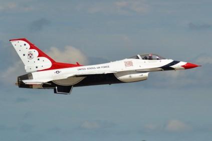 El primer solista de los Thunderbirds luce el número seis (6) en su fuselaje (foto: Javier Vera Martínez).
