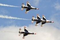 Vistos en pleno viraje en formación clásica, los Thunderbirds ilustran el isotipo de las aves que les dan nombre (foto: Javier Vera Martínez).