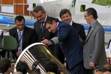 Raúl Argañaraz and a FAdeA engineer introducing Pampa III to Minister of Defence, Agustín Rossi, Air Force chief of staff, Brigadier Callejo, and Defence Science, Technology and Production and FAdeA director, Santiago Rodríguez (photo: Diego Rojo).