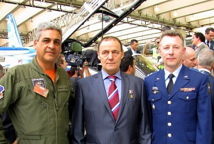 Left to right: NCO Fernando Menseguez, Flight Tests Centre, Anatoly Kvochur, Gromov Institute of Flight Research, and Colonel Alexander Vyskrebentsev, Russian Federation defence attaché in Argentina (photo: Diego Rojo).