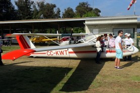 Super Blanik promotion: CPV member, Matías Milani, illustrates the public on sailplane operations (photo: Carlos Ay).