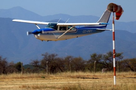 Flying into the wind: Retractile Cessna 182 CC-PRY in a low-level farewell pass (photo: Carlos Ay).