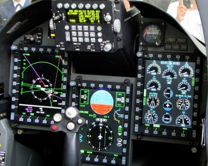 The increasingly digitalized Pampa III glass cockpit. Multi-function displays to the left and right are new when compared to Pampa II (photo: Diego Rojo).