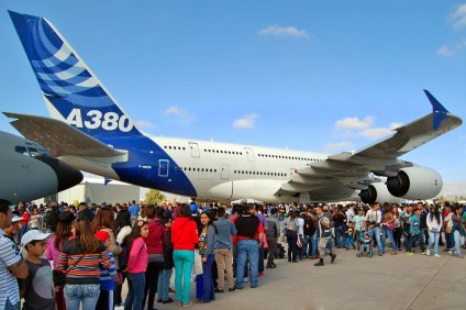 Weekend visitors waiting patiently to visit the A380 behemoth (photo: Michel Anciaux).