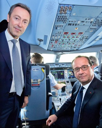 Airbus President and CEO, Fabrice Brégier (left), and French President, François Hollande (right), mark their visit inside the A350 XWB's cockpit (photo: Airbus/H. Goussé).