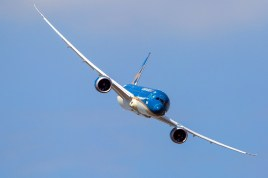 A clean view of the Boeing 787's air display routine (photo: International Paris Air Show/Adrien Daste).