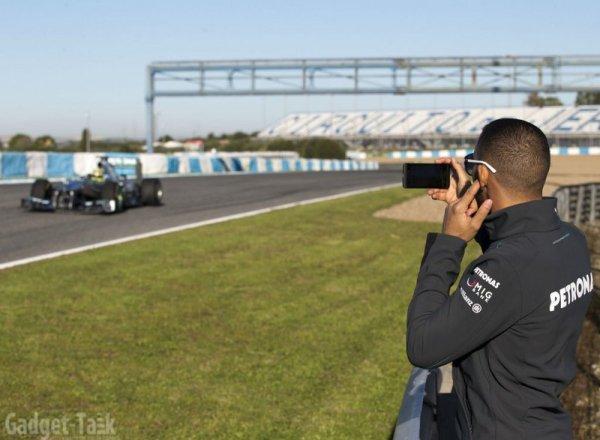Luis Hamilton cu telefonul Blackberry Z10 la lansarea Mercedes GP W004 (2)