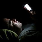 寝ながらスマホいじってたら顔にドン!痛すぎる「顔ドン」2割超の人が経験