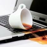 【悲報】ワイ新入社員、会社のパソコンにコーヒーをこぼす。