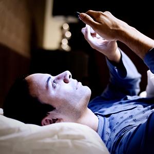 20150421175241-iphone-phone-bed-night-blue-light-tech-sleep
