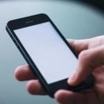 日本人が「スマホ・携帯」をいじっている時間がはじめて減少に転じる…折り返し点を迎えた「情報化社会」