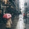 【朗報】雨の日の救世主、頭上で人を自動追尾する「空飛ぶドローン傘」登場