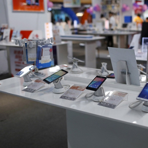 smartphones-on-display-in-an-electronic-shop