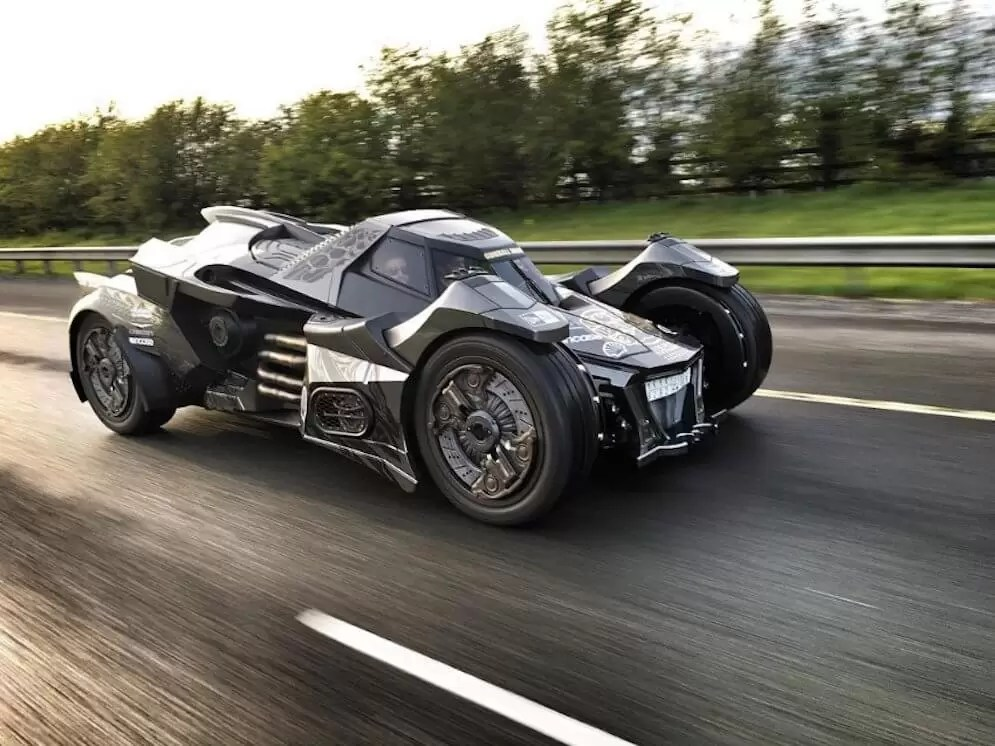 Watch the Batmobile based on Gallardo V10 engine cruising over Dubai Highways