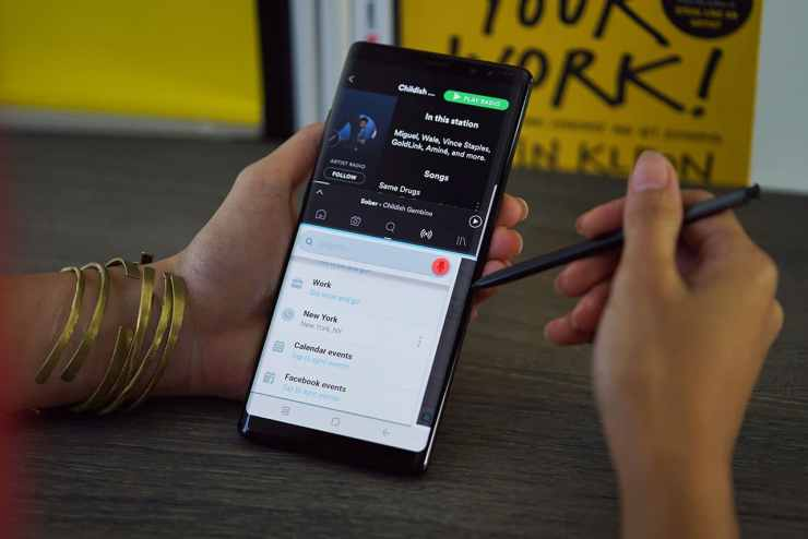 Dual app activated, Waze and Spotify on the Samsung Galaxy Note 8's Live View at work