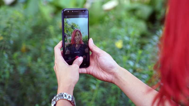 Girl taking selfies with ASUS ZenFone 4 Selfie, screen facing the camera