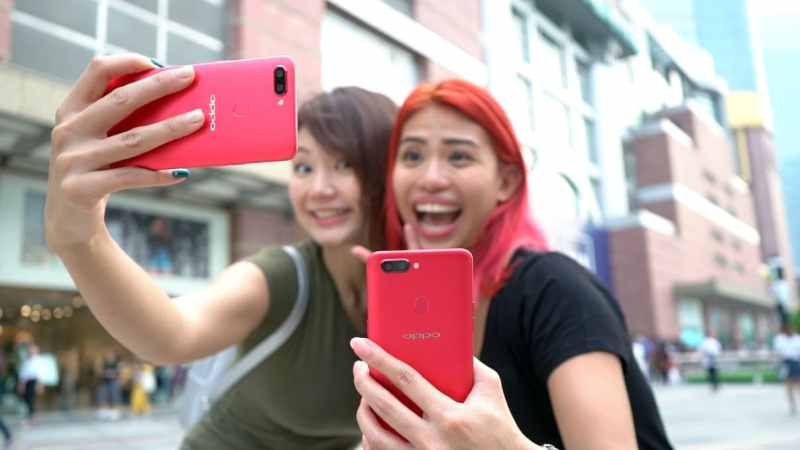 Girls taking selfies with the OPPO R11s