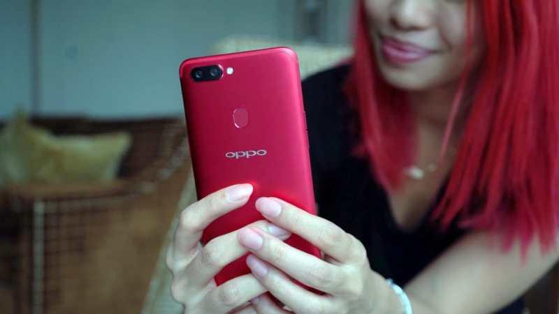 Girl holding OPPO R11s