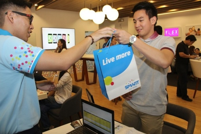 DLSU Green Archer Thomas Torres gets his new iPhone at the Smart store
