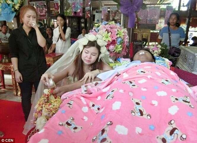 Mulher se casa com noivo morto no funeral dele