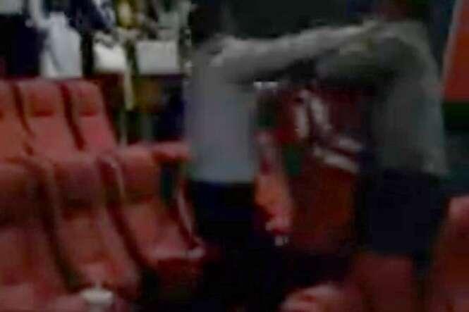 Vídeo mostra momento em que marido traído invade cinema e flagra esposa com amante