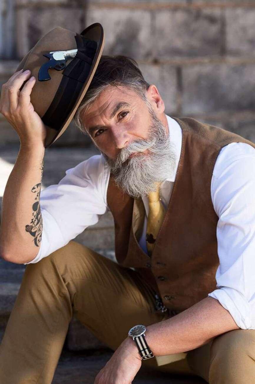 HOmem de 60 anos deixa barba grande