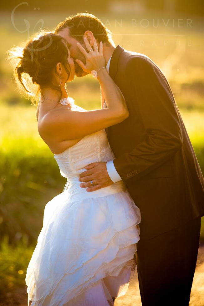 Photo de jeune mariés en contre jour