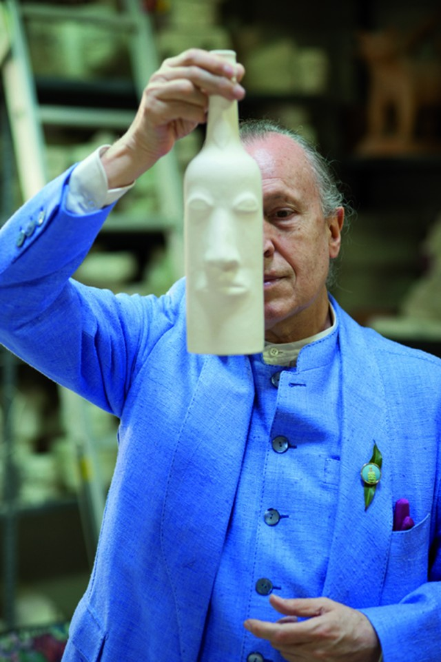 03_-Luigi-Ontani-nel-laboratorio-Gatti-di-Faenza-Ph-Luciano-Leonotti