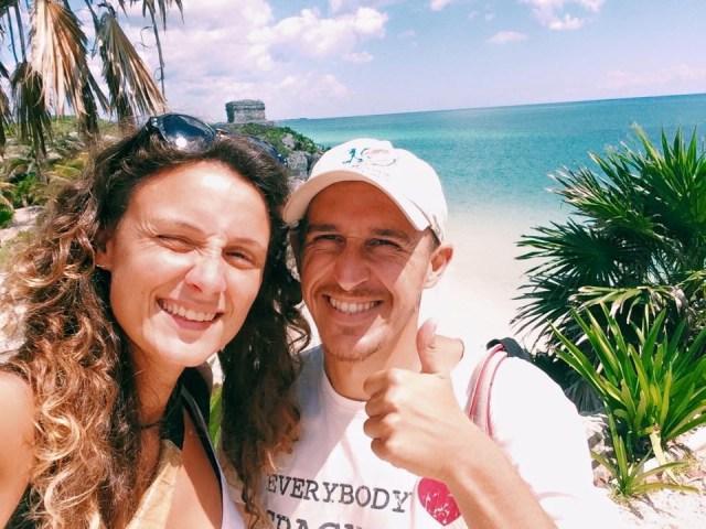 Giulia e Rocco, sullo sfondo Tulum