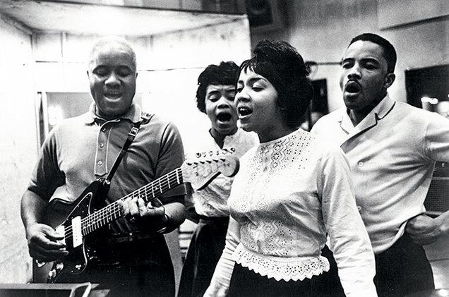 Mavis Staples con gli Staple Singers negli anni Sessanta