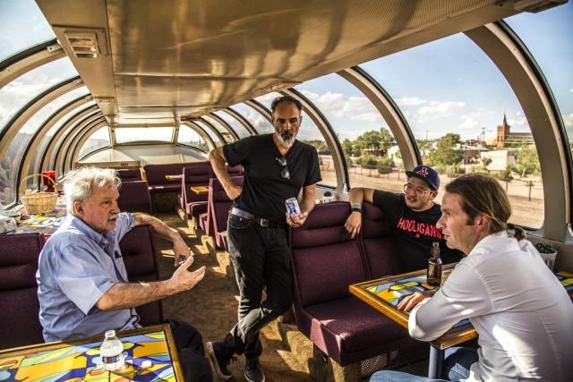 Giorgio Moroder a colloquio con il regista Doug Aitken e la troupe