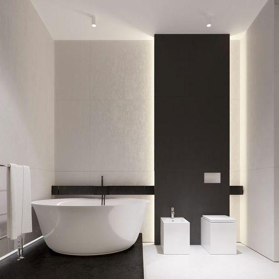 bagno piccolo con illuminazione nascosta