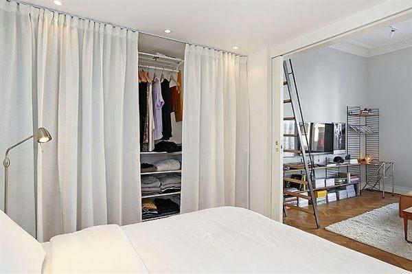 piccola camera da letto con armadio chiuso con tende