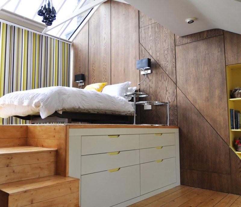 piccola camera da letto con pedana e contenitori