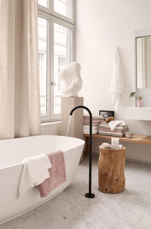 bagno marmo bianco e legno