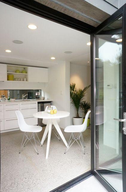 cucina con pavimento in marmo graniglia